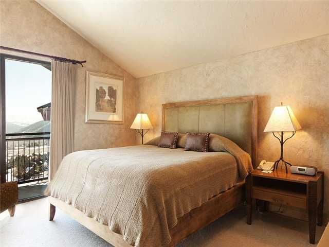 Picture of bedroom in unit 701 of Grand Summit Hotel
